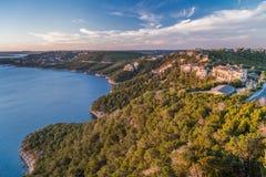 Case di lusso sulla costa del lago Travis in Austin, il Texas fotografia stock libera da diritti