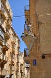 Case di pietra con il pavimento ed il san a La Valletta. Immagini Stock