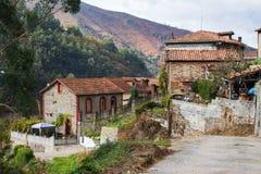 Case di pietra tipiche in La Rebollada, Asturie immagine stock