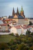 Case di Praga e st Vitus Cathedral, vista dalla collina di Petrin Immagine Stock