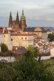 Case di Praga e st Vitus Cathedral, vista dalla collina di Petrin Immagini Stock Libere da Diritti