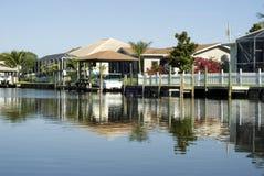 Case di ReflectionTropical dell'acqua e bacini della barca Immagini Stock