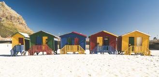 Case di spiaggia colorate alla spiaggia di Muizenberg a Città del Capo immagine stock libera da diritti