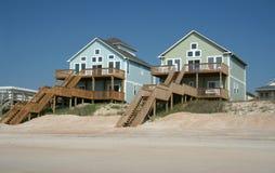 Case di spiaggia della parte anteriore di oceano Fotografia Stock