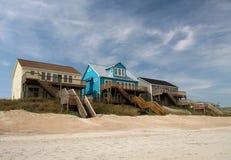Case di spiaggia della parte anteriore di oceano Immagine Stock Libera da Diritti