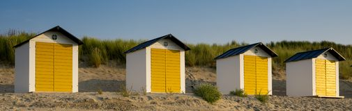 Case di spiaggia gialle bianche nelle dune di Male di Cadzand, Paesi Bassi immagini stock