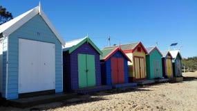 Case di spiaggia lungo la spiaggia Immagine Stock Libera da Diritti