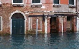 Case di Venezia durante l'alta marea Fotografie Stock Libere da Diritti