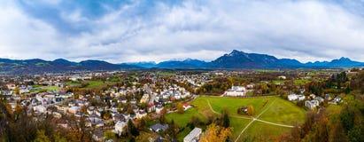 Case di vista aerea nelle alpi della montagna del fondo della città di Salisburgo Immagini Stock Libere da Diritti