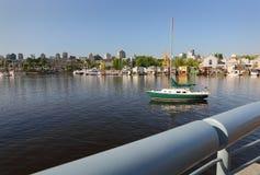 Case e barca a vela del galleggiante di False Creek Immagine Stock
