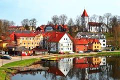 Case e chiesa di città con il lago fotografie stock libere da diritti