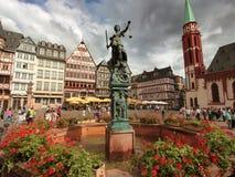 Case e fontana storiche di Justitia al centro urbano di Roemergerg Francoforte, Germania Immagini Stock Libere da Diritti