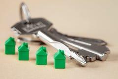 Case e mazzo di chiavi miniatura verdi Fotografia Stock