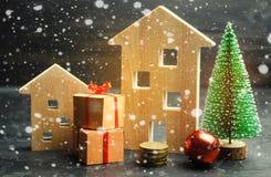 Case ed albero di Natale di legno Vendita di Natale di Real Estate Sconti del nuovo anno per la casa d'acquisto Appartamenti dell immagine stock