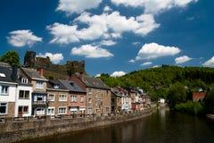 Case europee su una banca di un fiume Fotografia Stock