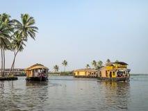Case galleggianti in acqua posteriore, Alleppey, Kerala, India Immagine Stock Libera da Diritti