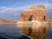 Case galleggianti ad un monolito nel lago Powell Fotografia Stock Libera da Diritti
