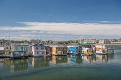Case galleggianti che galleggiano al molo del pescatore in Victoria Fotografia Stock Libera da Diritti
