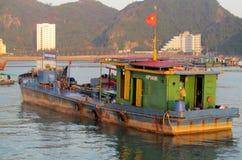 Case galleggianti nella baia di lunghezza dell'ha vicino all'isola di Cat Ba, Vietnam Immagine Stock
