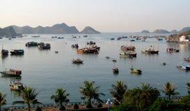 Case galleggianti nella baia di lunghezza dell'ha vicino all'isola di Cat Ba, Vietnam immagini stock libere da diritti
