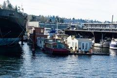 Case galleggianti su Salmon Bay attraverso da Ballard accanto ad una nave immagine stock