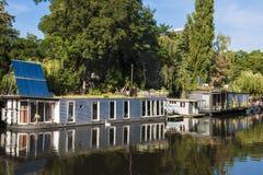 Case galleggianti sulla baldoria del fiume a Berlino Immagini Stock Libere da Diritti