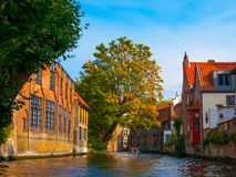 Case medievali lungo i canali di Bruges in autunno immagine stock
