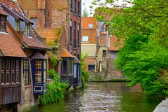 Case medievali sopra il canale a Bruges Belgio immagine stock