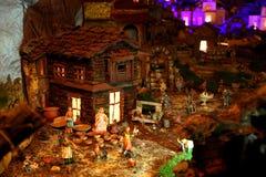 Case miniatura nella greppia di natale Immagini Stock