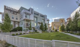 Case moderne con i recinti bianchi Immagini Stock