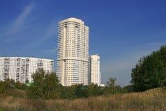 Case moderne della città, vista dal parco Immagini Stock Libere da Diritti