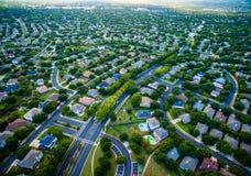 Case moderne vasto Texas Hill Country di periferia di vista dell'occhio del ` s dell'uccello Immagini Stock Libere da Diritti