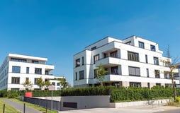 Case multifamiliari moderne bianche a Berlino Fotografia Stock
