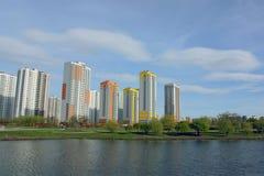 Case multipiane sul lago nel parco Fotografie Stock Libere da Diritti