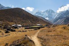 Case nepalesi della località di soggiorno del paesino di montagna Fotografia Stock Libera da Diritti