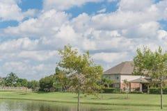 Case residenziali dal lago in Pearland, il Texas, U.S.A. Immagine Stock
