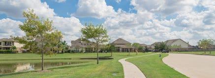 Case residenziali dal lago in Pearland, il Texas, U.S.A. Fotografia Stock Libera da Diritti