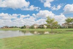 Case residenziali dal lago in Pearland, il Texas, U.S.A. Fotografia Stock