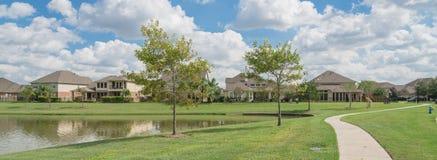 Case residenziali dal lago in Pearland, il Texas, U.S.A. Immagine Stock Libera da Diritti