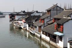Case residenziali locali alla riva del fiume immagini stock