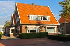 Case residenziali pittoresche in piccola città olandese Zwanenburg, t Fotografia Stock Libera da Diritti