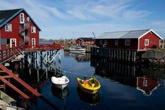 Case rosse sulle isole di Lofoten in Norvegia fotografia stock