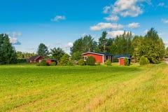 Case rosse in un paesaggio rurale immagine stock
