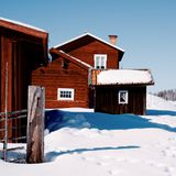 Case rosse variopinte nell'inverno su un cielo blu fotografia stock