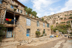 Case rurali sui pendii di una montagna ripida del villaggio curdo Immagine Stock Libera da Diritti