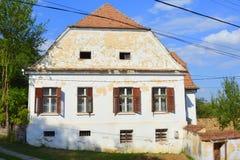 Case rurali tipiche del contadino e del paesaggio nel villaggio TicuÅŸu Vechi, Deutsch-Tekes, la Transilvania, Romania Immagine Stock Libera da Diritti