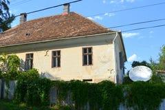 Case rurali tipiche del contadino e del paesaggio nel villaggio TicuÅŸu Vechi, Deutsch-Tekes, la Transilvania, Romania Fotografia Stock
