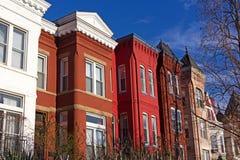 Case a schiera residenziali variopinte nella capitale degli Stati Uniti in primavera fotografia stock
