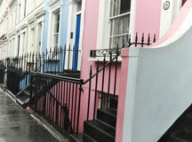 Case a schiera variopinte nella vicinanza di Notting Hill di Londra, Inghilterra un giorno bagnato fotografie stock libere da diritti