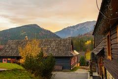 Case storiche nel villaggio di Zdiar in alte montagne di Tatra Fotografie Stock